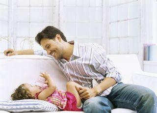 tata, maluch, dziewczynka, butelka, leżeć