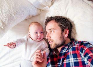 tata opiekuje się noworodkiem