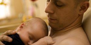 tata przytula dziecko