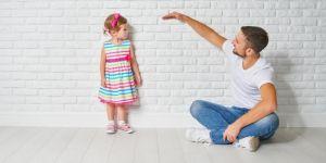 Tata sprawdza wzrost córki