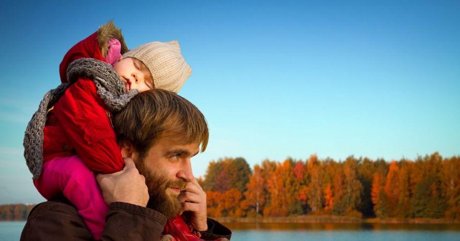 Tata z córką, spacer z dzieckiem