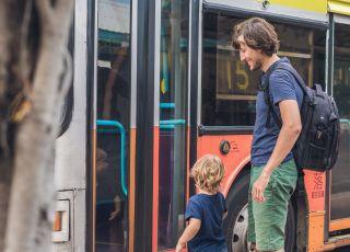 Tata z dzieckiem w autobusie