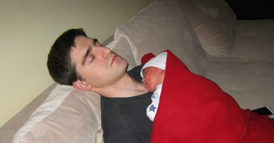 Tata z noworodkiem