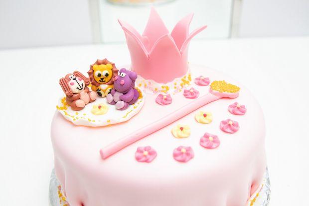 Tort na roczek z cukrowymi figurkami