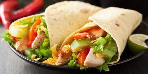 Tortilla z warzywami i kurczakiem na ostro