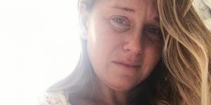 Trudności z karmieniem piersią na poruszającym zdjęciu