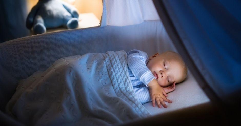 Twoje dziecko śpi przy zapalonym świetle? Nie rób tego błędu!