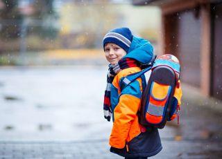 Uczeń idzie z plecakiem