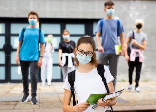 Uczniowie liceum w maskach