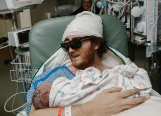 Umierający tata trzyma na rękach swojego nowonarodzonego synka