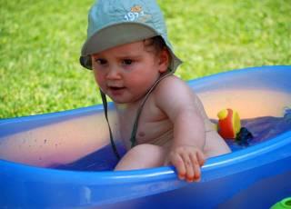 upał, gorąco, dziecko, kąpiel w baseniku, rady na upał