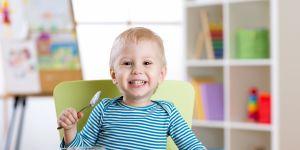 uśmiechnięty niemowlak je posiłek