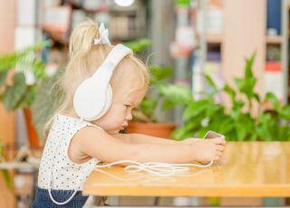 Uspokajanie dziecka tabletem czy telefonem przynosi ODWROTNE EFEKTY!
