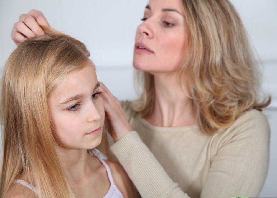 usuwanie gumy z włosów