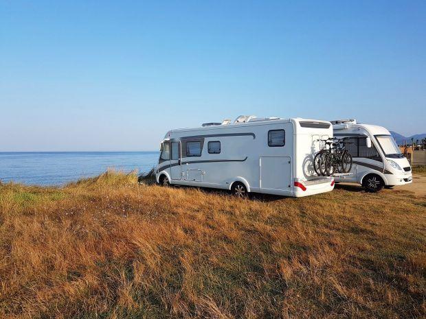 wakacje w kamperze - kamper półintegra