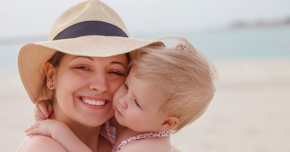 Wakacje z dzieckiem, mama z dzieckiem na plaży