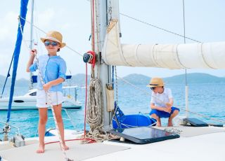 Wakacje z dzieckiem, wakacje, dziecko, łódka, żeglowanie, żagle, urlop