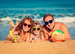Wakacje z dzieckiem, wakacje, plaża, rodzice, dziecko, morze