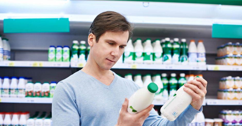 wapń w diecie mężczyzny, nabiał, mleko, zakupy