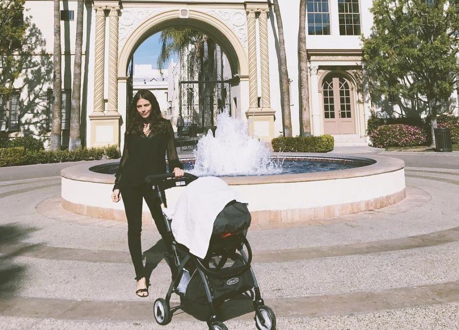 Weronika Rosati z córką na spacerze