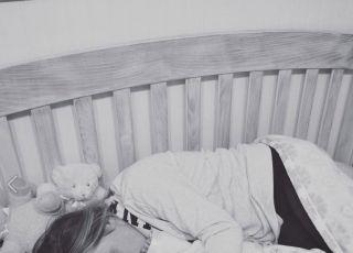 weszła do łóżeczka córki