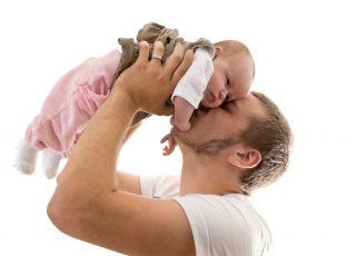 więź taty z dzieckiem, opiekuńczy tata