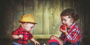 witaminy-dla-dzieci-dzieci-jedza-owoce
