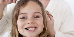 włosy, dziecko, czesanie, mama, szczotka, pielęgnacja włosów, mycie włosów