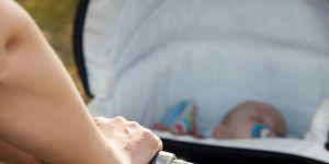 wózek ze śpiącym niemowlęciem ze smoczkiem