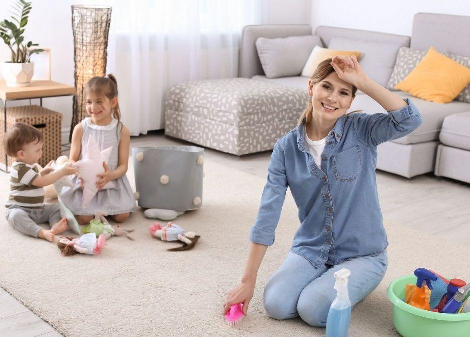 wspólne sprzątanie z dziećmi - mama sprząta dzieci pomagają