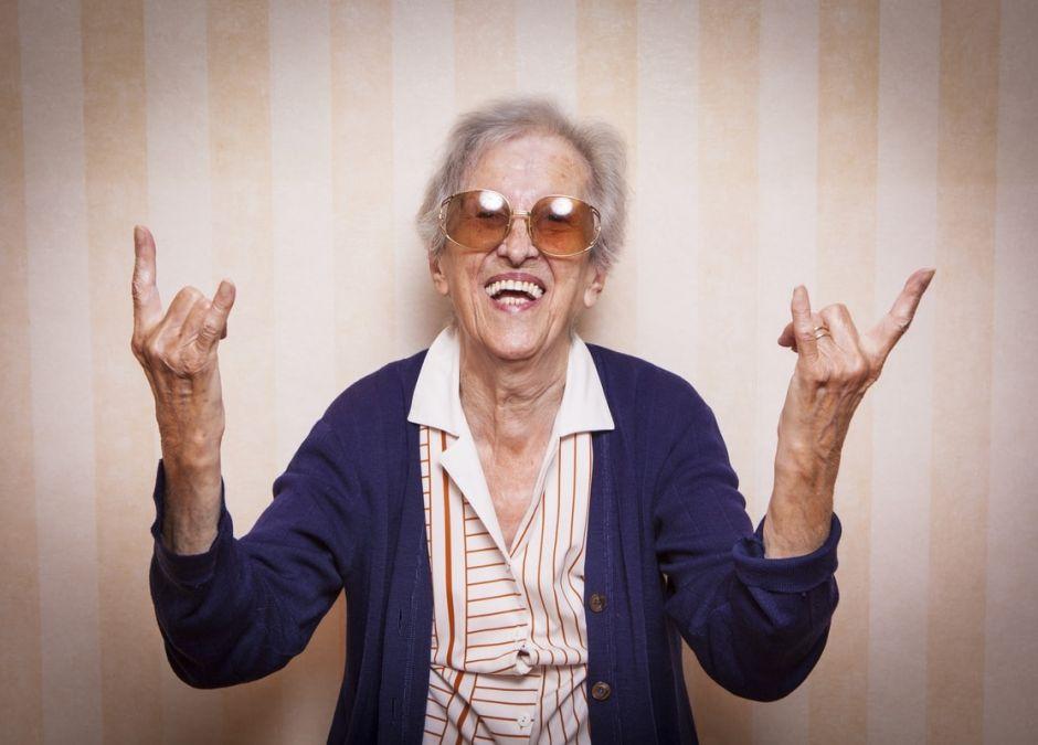 wyluzowana babcia w stylu nowoczesnym i rockowym