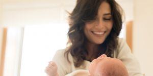 wyprawka dla noworodka - mama kąpie dziecko