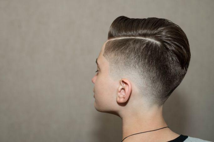 fryzura z przedziałkiem dla chłopca