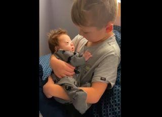 Wzruszający filmik śpiewającego chłopca dla brata z zespołem Downa