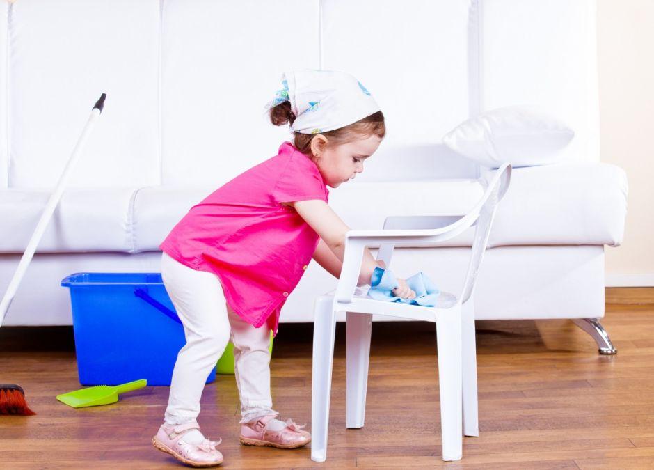 Zabawa w sprzątanie uczy dobrego nawyku utrzymywania porządku