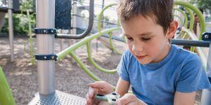 Zabawka zręcznościowa fidget spinner w rękach dziecka