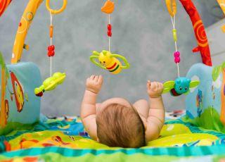 zabawki dla noworodka, karuzelka dla noworodka, czarno-białe zabawki dla noworodka, co lubi noworodek