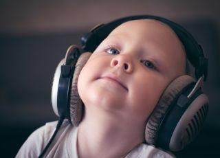 7 zabaw na rozwój zmysłu słuchu u niemowlaka, od pierwszych tygodni