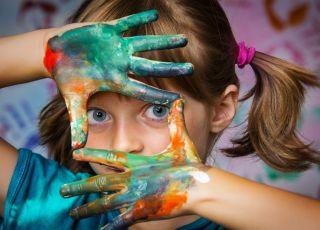 Odkrywamy świat za pomocą zmysłu dotyku. 8 pomysłów na zabawy