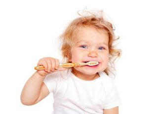 Kiedy zacząć dbać o pierwsze ząbki niemowlaka i jak to robić?