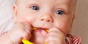 ząbkowanie niemowlaka, objawy ząbkowania, kiedy ząbkowanie, niemowlę, gryzak