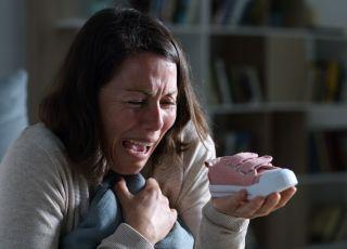 Załamana kobieta, która straciła dziecko