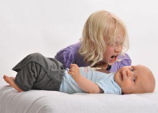 zazdrość o rodzeństwo, dziewczynka, niemowlak, złość