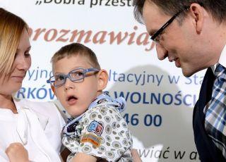 Zbigniew Ziobro przekazuje pieniądze z programu 500+