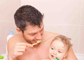Dziecko samo myje ząbki? Niedobrze!