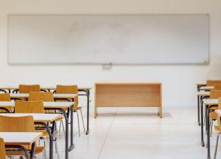 zdalne nauczanie, pusta szkoła, zamknięta szkoła
