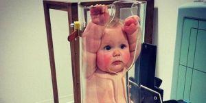 zdjęcie dziecka podczas badania rentgenowskiego - dziecko w tubie