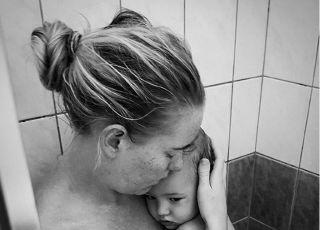 zdjęcie mamy z chorym dzieckiem pod prysznicem