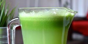 Zielony koktajl z selera, ogórków oraz natki pietruszki