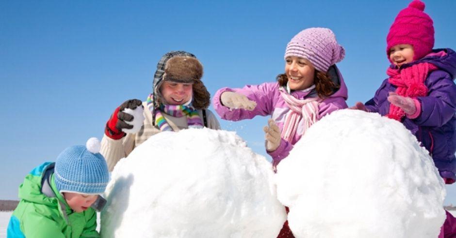 zimowe zabawy, zabawy na śniegu, lepienie bałwana, rodzina, dzieci